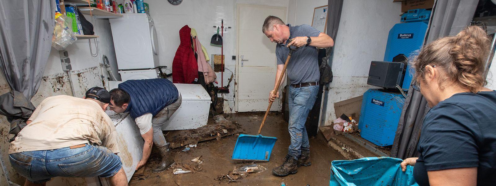 Aufräumarbeiten nach dem Abfließen des Hochwassers in Ernzen.