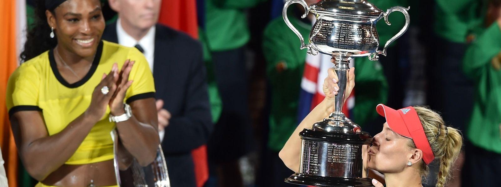 Angelique Kerber ergue a taça em Melbourne
