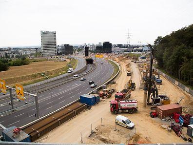 Das Gelände liegt am Rande der Autobahnabfahrt, kurz vor dem Kreisverkehr Serra.