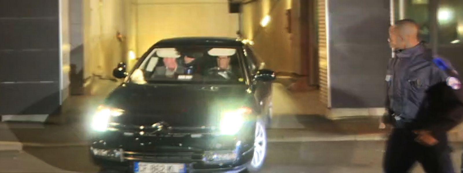 Sarkozy an Bord seiner Limousine beim Verlassen des Polizeigebäudes in Nanterre.