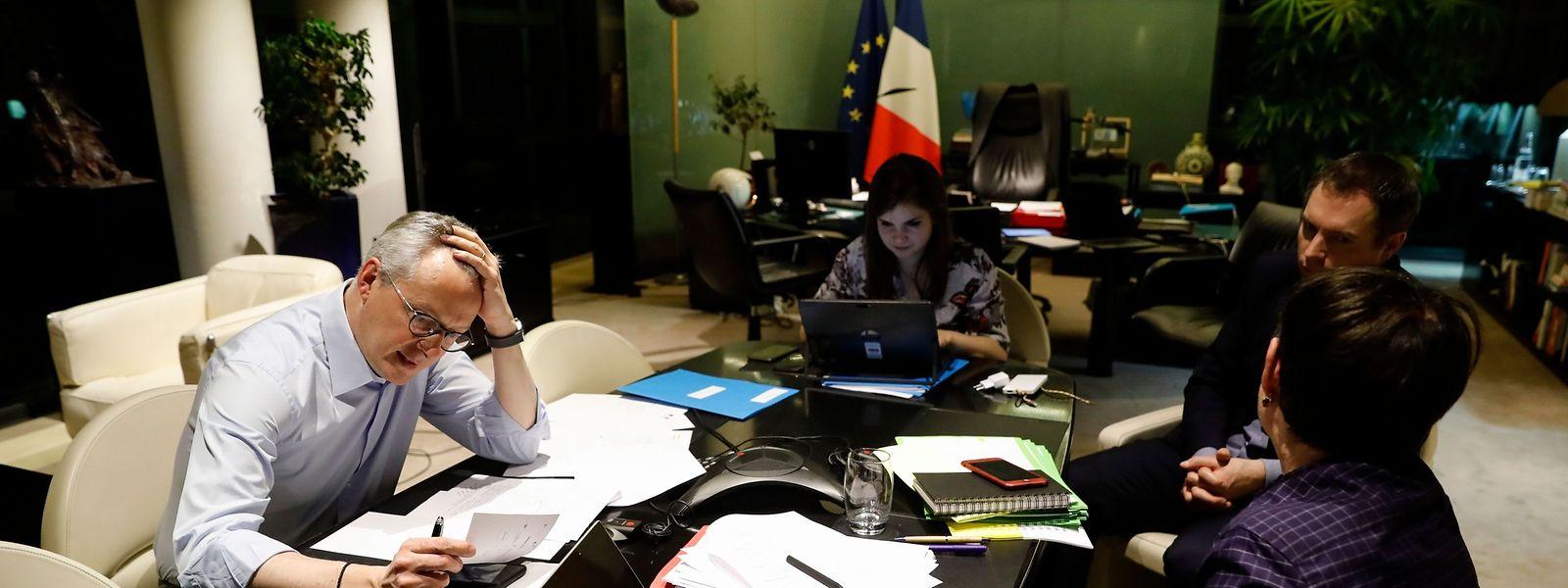 Der französische Wirtschafts- und Finanzminister Bruno Le Maire (links) telefoniert mit dem deutschen Bundesfinanzminister Olaf Scholz.