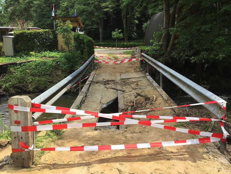 Le pont qui permettait de traverser le camping n'est plus qu'une ruine, détruit par la force de l'eau.