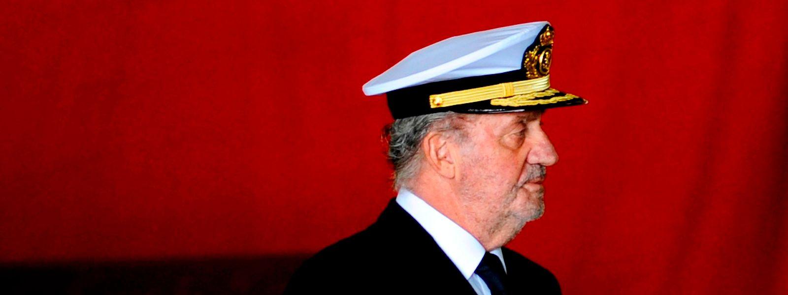 Der Altkönig Juan Carlos der I. vor der spanischen Flagge.