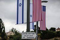 09.05.2018, Jerusalem: Eine Israelische und US-amerikanische Flagge sind über einem Schild angebracht, das den Weg zur Botschaft der USA weist. Die US-Botschaft wird ab dem 14.05.2018 vorübergehend im Gebäude des US-Konsulats untergebracht. Foto: Corinna Kern/dpa +++ dpa-Bildfunk +++