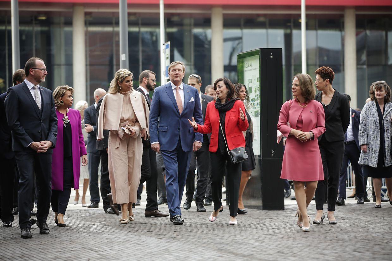 Ankunft in Belval: Máxima und Willem-Alexander nehmen die spektakuläre Kulisse in Augenschein.