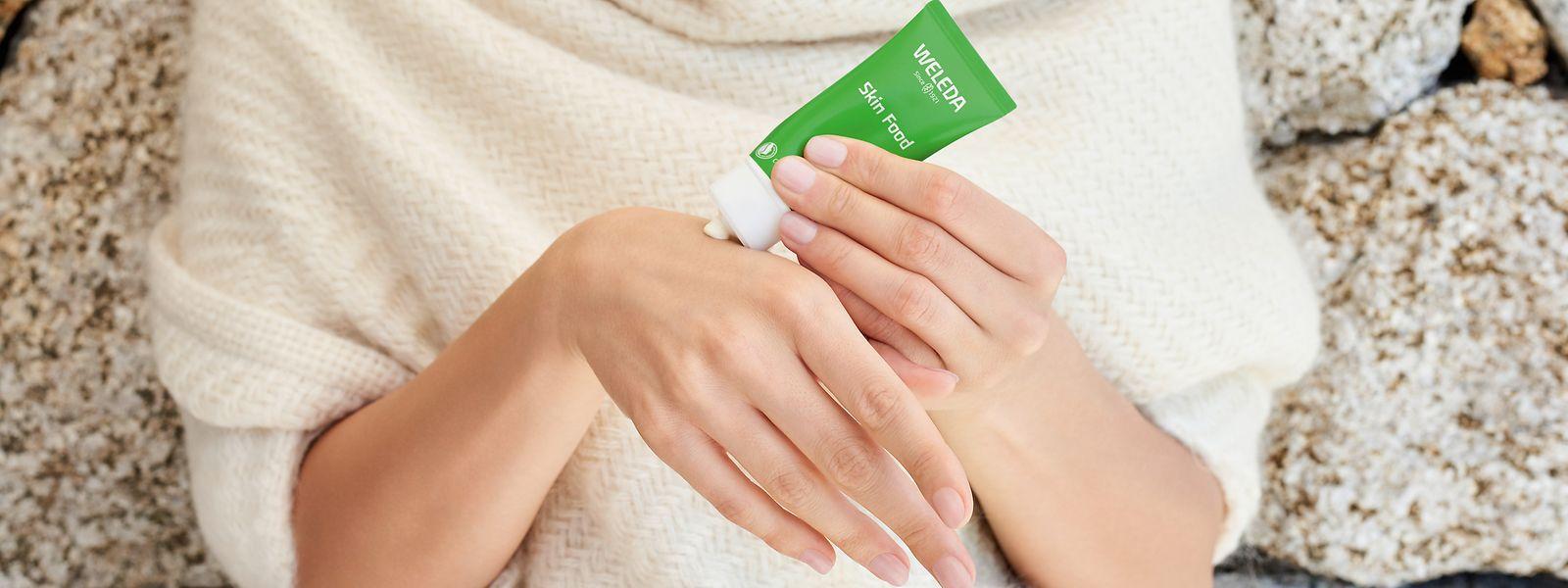 """Die Hände wollen gepflegt werden - etwa mit der """"Skin Food""""-Creme von Weleda (30 ml um 6 Euro)"""