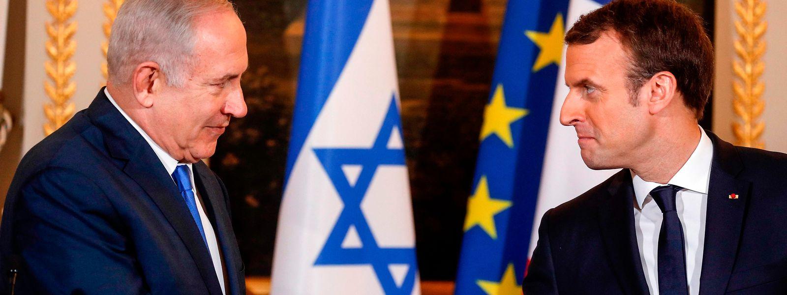 Frostiger Handschlag: Emmanuel Macron (r.) begrüßt Benjamin Netanjahu.