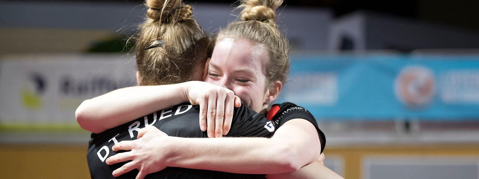 Danielle Konsbruck und Tessy Gonderinger vom DT Roodt liegen sich nach ihrem Pokalsieg in den Armen.