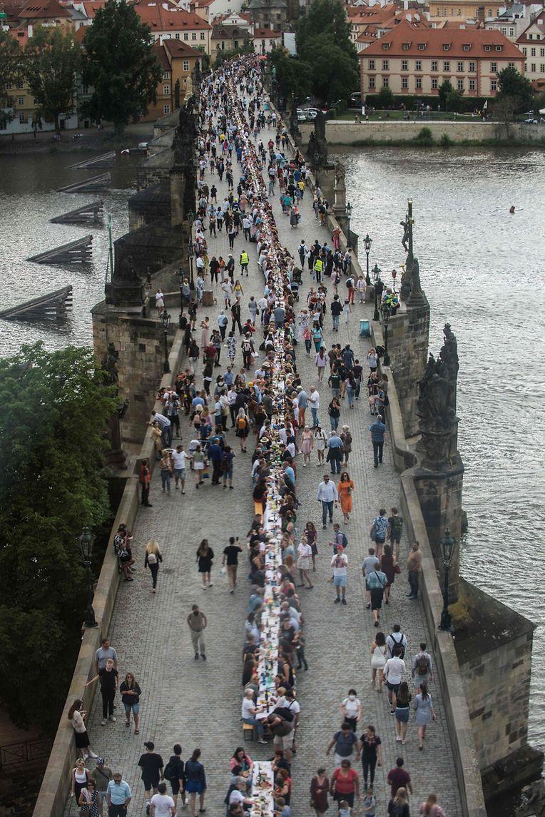 Festbankett auf der Karlsbrücke in Prag.