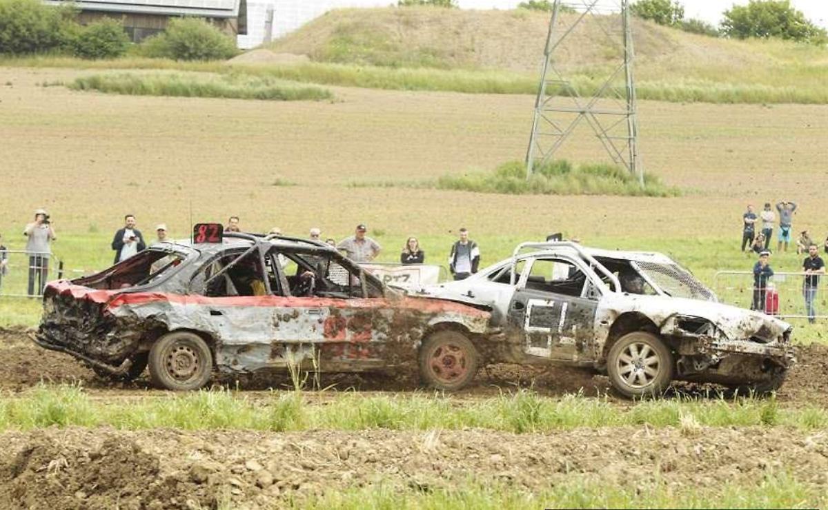 La conduite agressive envers les adversaires (les pilotes d'autres équipes) est récompensée: renverser la voiture d'un concurrent rapporte quatre points, c'est l'aspect «démolition».