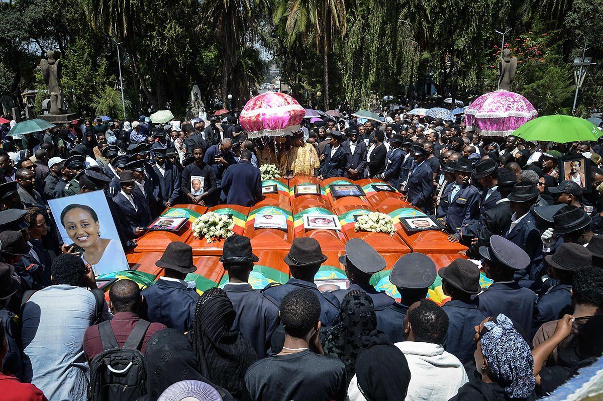 Zum Begräbnis der Opfer an der Holy Trinity Cathedral in Addis Ababa fanden sich Tausende ein.