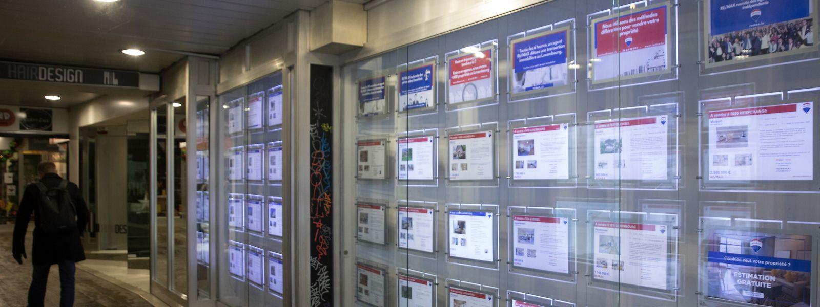 Träume hinter Glas: Maklerfirmen machen auf ihre Verkaufsobjekte aufmerksam.