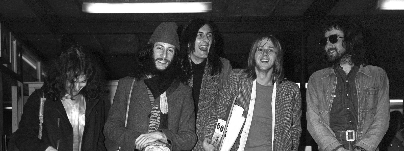 London, 1970: Die Mitglieder der Rockband Fleetwood Mac stehen am Londoner Flughafen. Der Mitbegründer von Fleetwood Mac, Peter Green (2.v.l), ist im Alter von 73 Jahren gestorben.