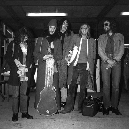 London, 1970: Die Mitglieder der Rockband Fleetwood Mac stehen am Londoner Flughafen. Peter Green (2.v.l), ist im Alter von 73 Jahren gestorben.