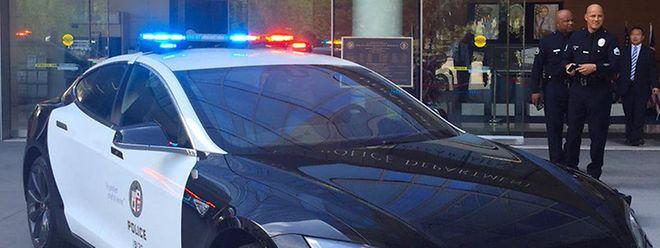 Auch die Polizei aus Los Angeles hatte sich mit dem Tesla S Modell P90D als Einsatzfahrzeug befasst, dann aber entschieden 100 BMW i3 zu leasen.