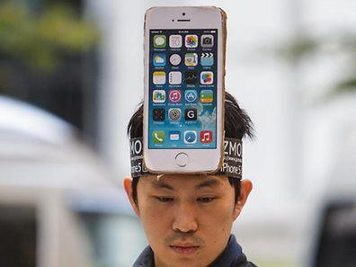 Von Kopf bis Fuß auf Apple eingestellt: Bei den neuen iPhones soll besonders populär soll die neue Farbe Gold sein.