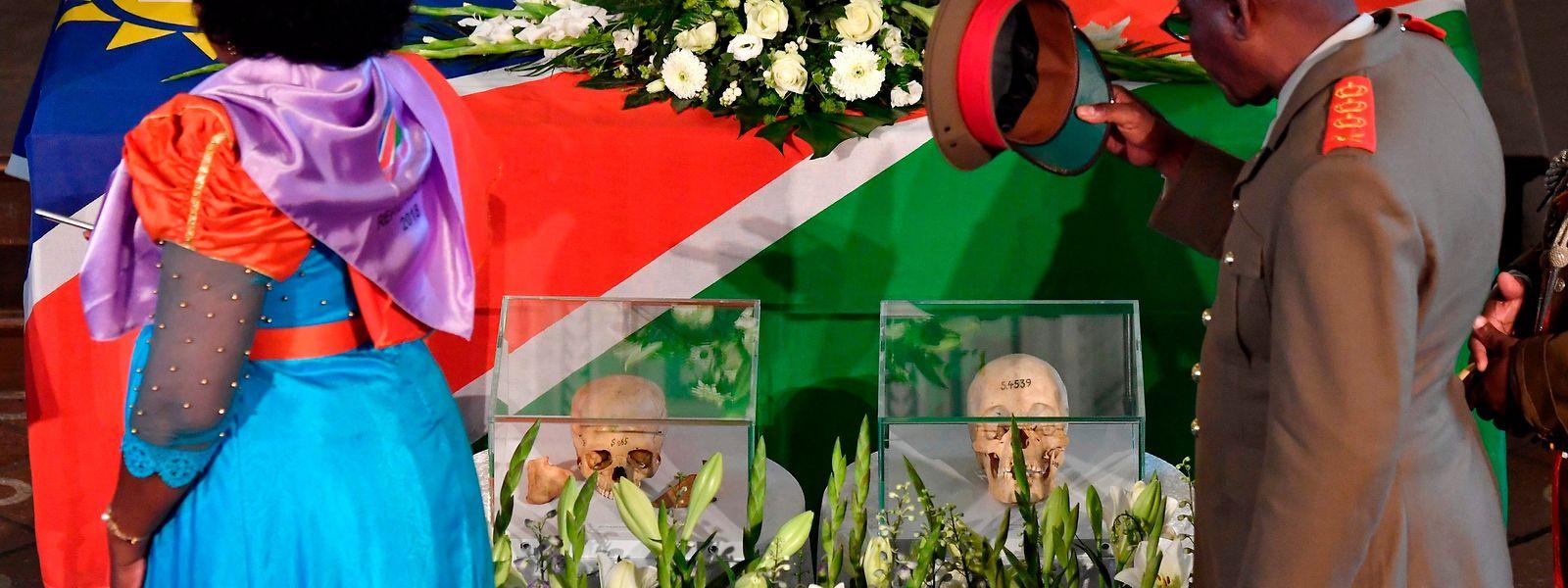 Respektsbezeugung: 19 Schädel, Knochen und sonstige menschliche Überreste wurden in einer Berliner Kirche zurückgegeben. Doch eine deutsche Entschuldigung fehlt noch immer.