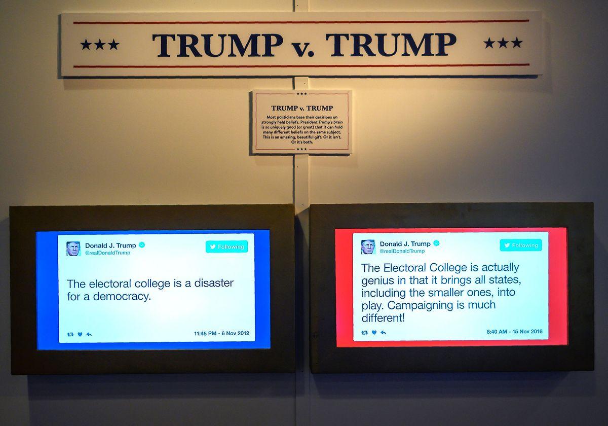 """Foto vom 14. Juni aus der Austellung """"The Daily Show Presents: The Donald J. Trump Presidential Twitter Library"""" in Washington. Linker Tweet vom November 2012, rechts vom November 2016."""