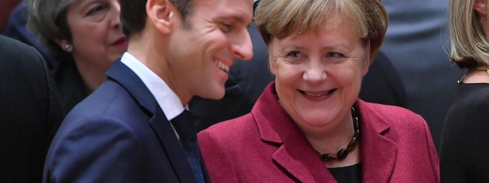 Emmanuel Macron (L) unterhielt sich zu Beginn des Treffens mit  Angela Merkel.