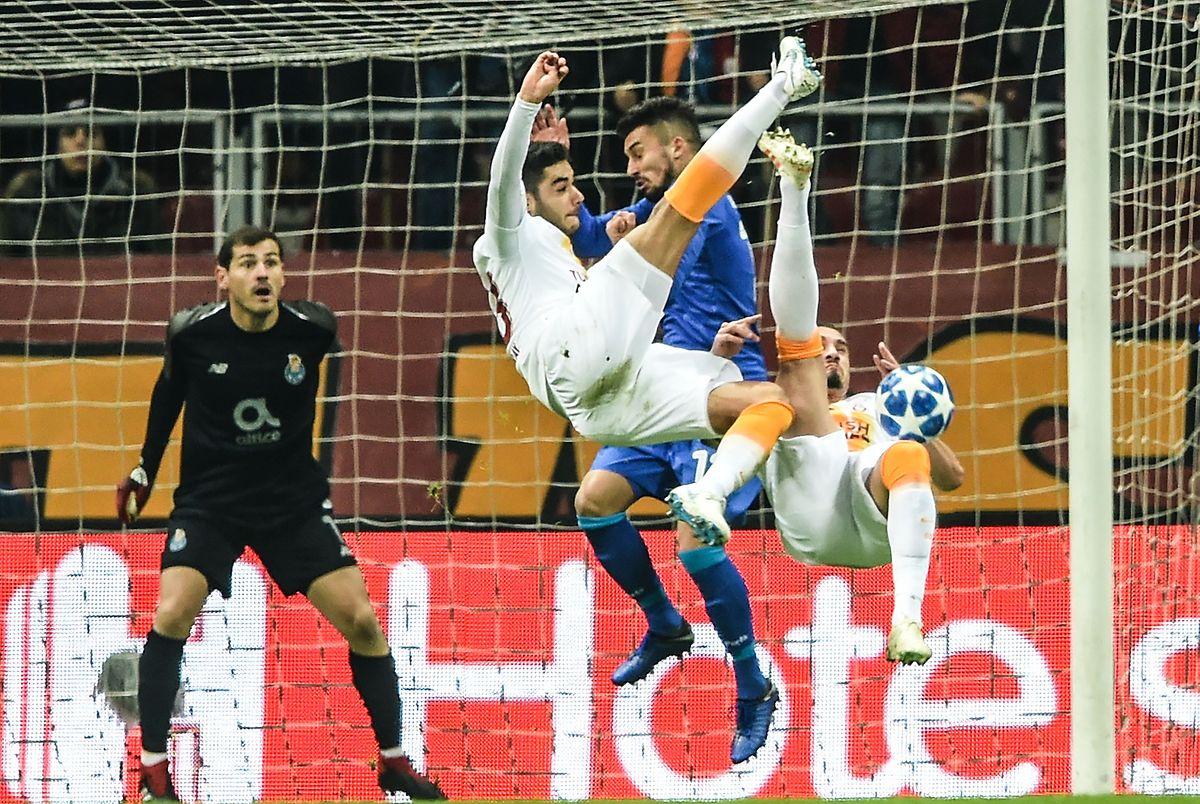Match spectaculaire à Istanbul. Ici, Ozan Kaba (Galatasaray, en blanc) tente un geste compliqué devant Alex Telles (FC Porto, en bleu)