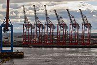 """ARCHIV - 04.10.2020, Hamburg: Ein kleines Motorboot fährt die Elbe aufwärts in Höhe Övelgönne. Im Hintergrund sind die Kräne am Parkhafen zu sehen. (zu dpa """"«Wirtschaftsweise» bei Konjunktur zuversichtlicher als Regierung"""") Foto: Georg Wendt/dpa +++ dpa-Bildfunk +++"""