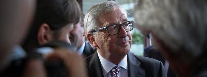 """Kommissionspräsident Jean-Claude Juncker im Gespräch mit Journalisten auf der """"Geburtstagsfeier"""" der EVP am Montag in Luxemburg."""