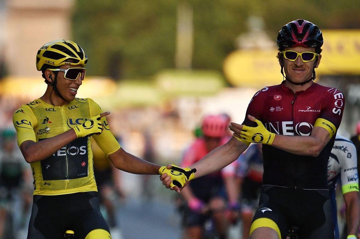 Egan Bernal et Geraint Thomas, les deux derniers vainqueurs de la Grande Boucle franchissent la ligne d'arrivée main dans la main.