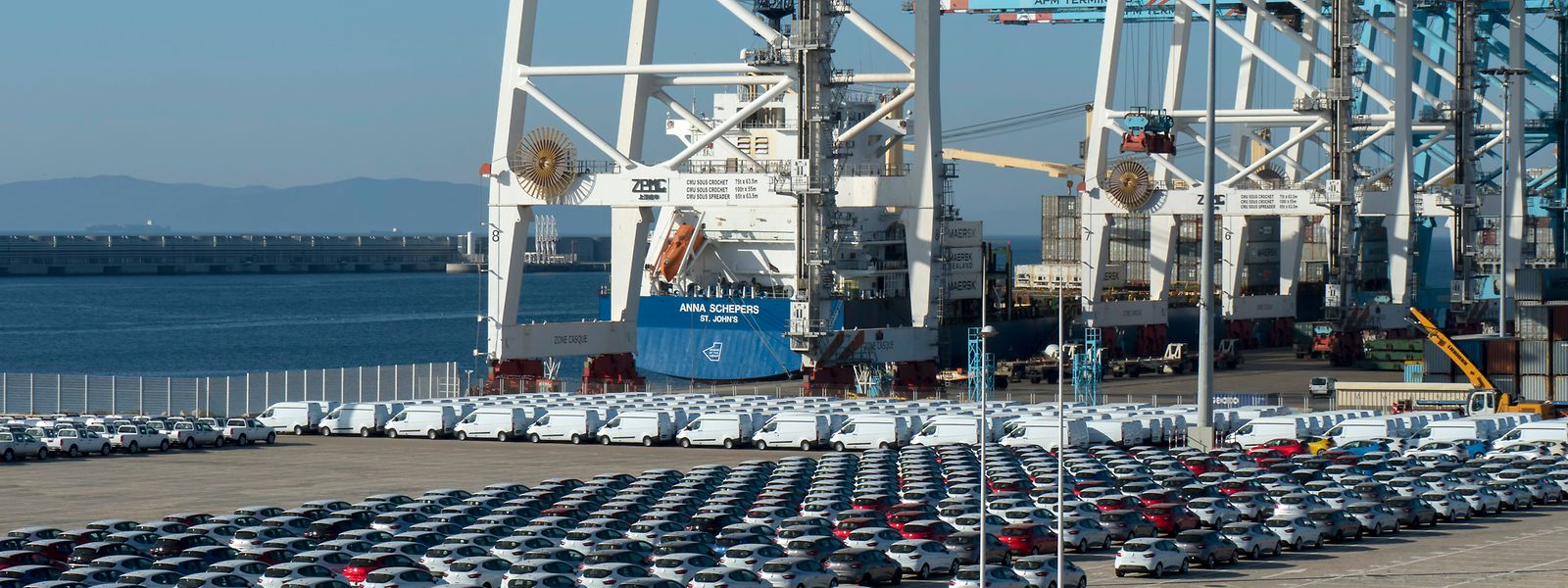 """Wichtiger Umschlagsplatz in der """"Straße von Gibraltar"""": der moderne Hafen im marokkanischen Tanger."""