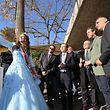 Weinkönigin Sophie macht ein Selfie von sich und einigen Gästen, unter ihnen Prinz Félix (2.v.r.).