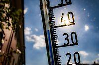 """ARCHIV - 26.07.2018, Hessen, Frankfurt/Main: ILLUSTRATION - Ein Thermometer an einer Hauswand klettert am Nachmittag in Richtung der 40-Grad-Marke. Die Hitze kommt - und zwar mit voller Wucht. Am 25.07.2019 wird womöglich gleich mehrfach der Temperaturrekord geknackt. Und im Raum Duisburg kann es an drei Tage hintereinander 40 Grad heiß werden. (zu dpa """"Fällt der Temperaturrekord? Extreme Hitzewelle kommt"""") Foto: Frank Rumpenhorst/dpa +++ dpa-Bildfunk +++"""