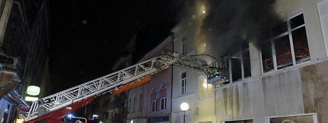Dicke, schwarze Rauchschwaden quollen aus den Geschäftsräumen in der Escher Rue de l'Alzette. Der mutmaßliche Brandstifter steht vor Gericht.