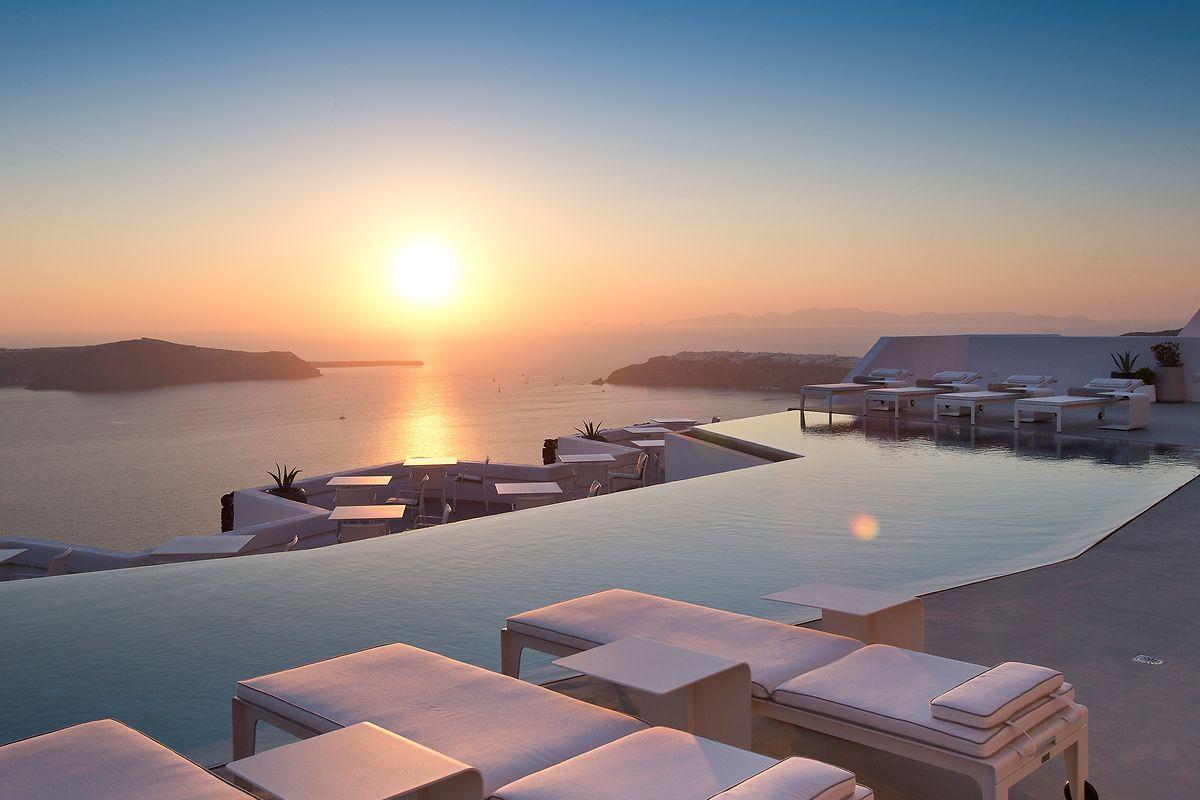 Der Infinity Pool ist eines der Highlights im «Grace Santorini». Und der spektakuläre Panoramablick aufs Wasser, den man von den luxuriösen Zimmern aus genießen kann.
