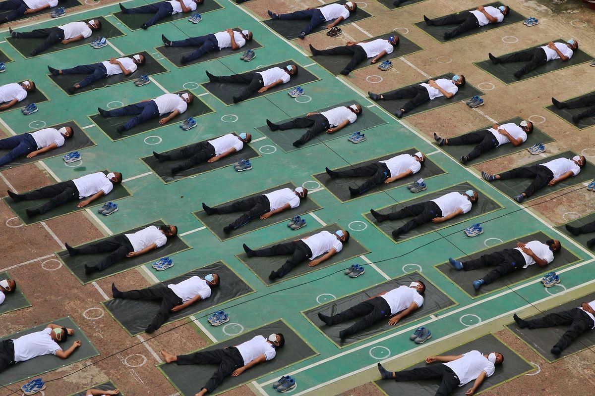 Mitglieder der Polizei von Bangladesch nehmen an einer Yoga-Sitzung teil, um ihr Immunsystem während der Covid-19-Coronavirus-Pandemie zu stärken.
