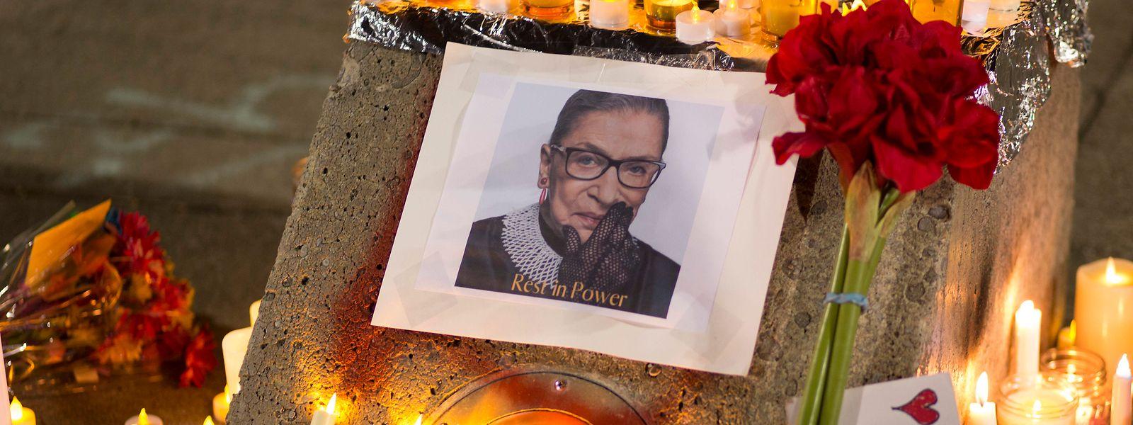 Kerzen, Blumen und Notizen umgeben ein Foto der verstorbenen Richterin Ruth Bader Ginsburg.