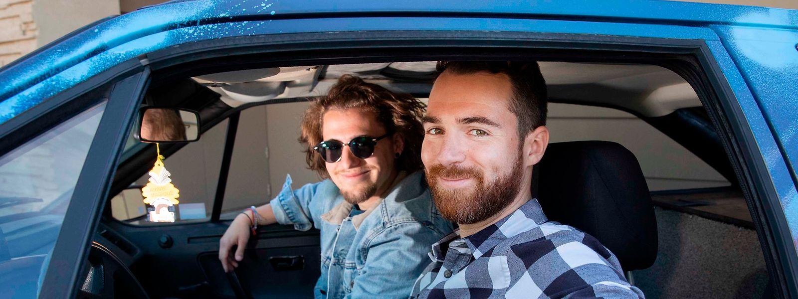 """Sie haben """"keine Ahnung von Autos"""" und nehmen dennoch an einer Rallye teil: Gilles Vasseur (r) und Pier Schmitz (l) wollen damit ihren ganz persönlichen Beitrag zur Flüchtlingsintegration in Luxemburg leisten."""