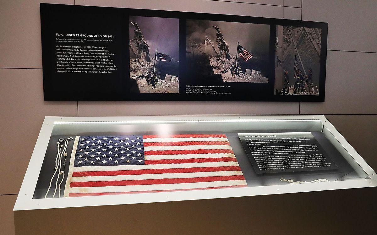 Flagge zeigen: Im Memorial Museum wird jene Fahne aufbewahrt, die Feuerwehrleute vor 15 Jahren an der Stätte des Anschlags hissten.
