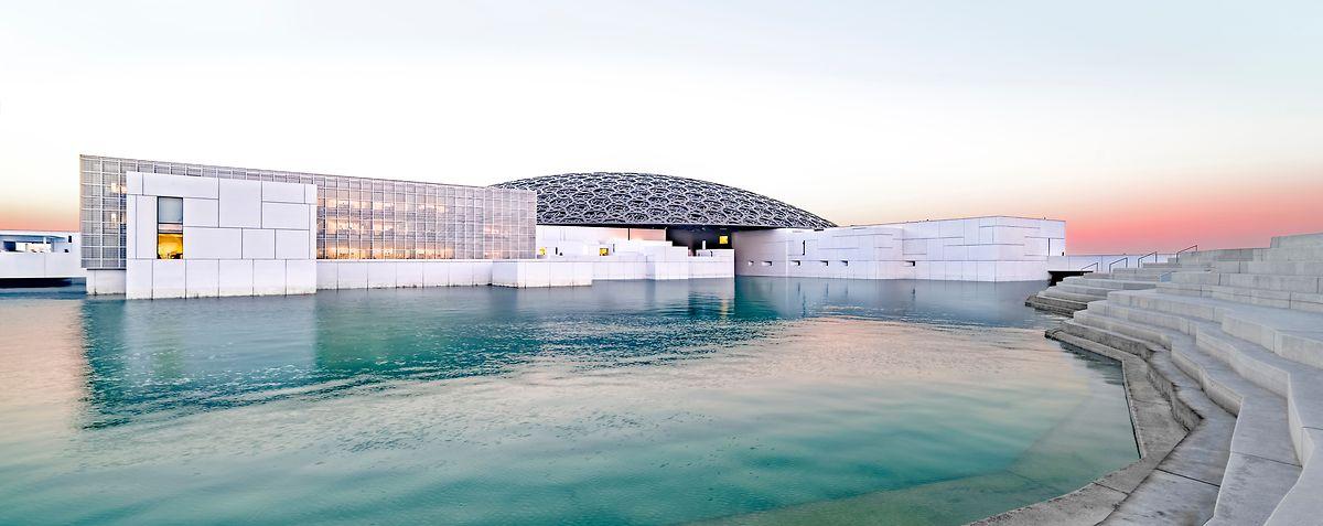 Le Louvre Abu Dhabi est le premier musée à porter le nom du Louvre hors de France.