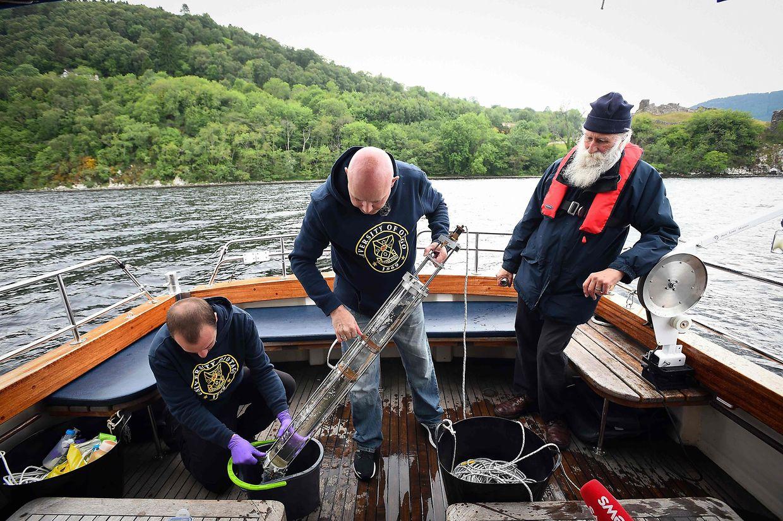 Forscher nehmen Proben aus dem Loch Ness in den schottischen Highlands. Nach einer gründlichenAnalyse kamen die Wissenschaftler zu dem Schluss, dass es sich bei das Monster aus dem See mit einiger Wahrscheinlichkeit um einen oder mehrere riesige Aale handeln könnte.