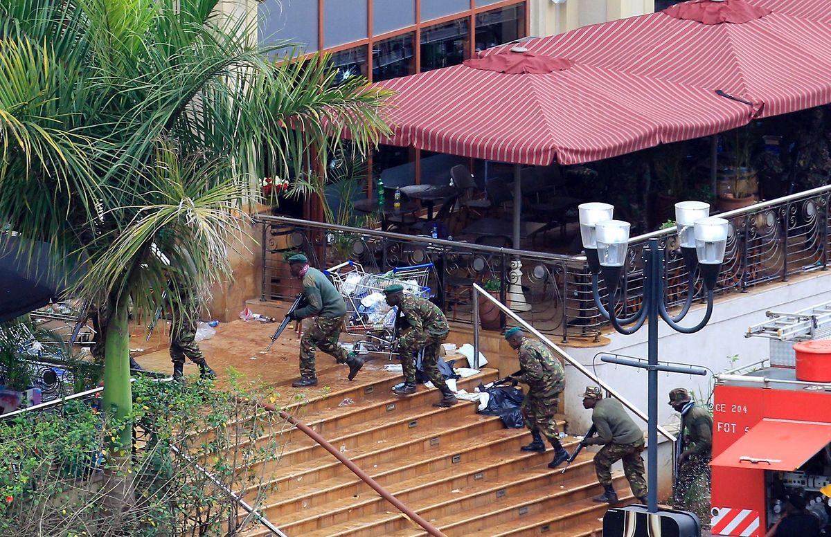 Polizeieinsatz in Nairobi. Am 21. September 2014 hatten mehrere Bewaffnete der somalischen Terrorgruppe Al-Shabaab ein Einkaufszentrum überfallen und vier Tage besetzt.