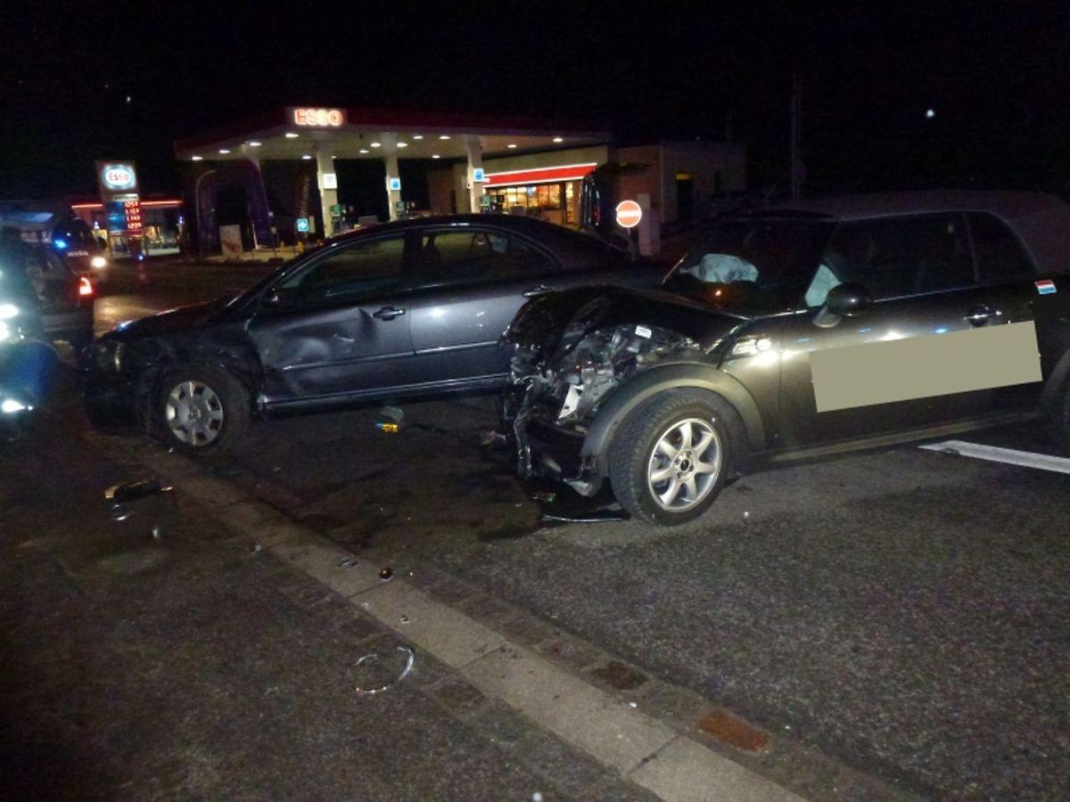 Die Autos wurden bei einem Unfall in Frisingen erheblich beschädigt.