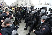 TOPSHOT - Protesters clash with riot police during a rally in support of jailed opposition leader Alexei Navalny in downtown Moscow on January 23, 2021. - Navalny, 44, was detained last Sunday upon returning to Moscow after five months in Germany recovering from a near-fatal poisoning with a nerve agent and later jailed for 30 days while awaiting trial for violating a suspended sentence he was handed in 2014. (Photo by Kirill KUDRYAVTSEV / AFP)