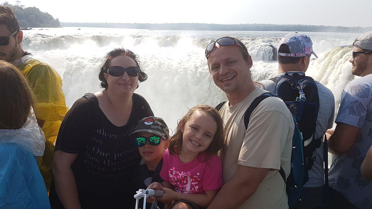 Familienglück mal anders: Mutter Jessica und Vater Mathieu mit ihren Kindern Liam (2.v.l.) und Kali (2.v.r.) vor den tosenden Massen der Iguazu-Wasserfälle in Argentinien – ihr viertes Land nach den zwei ersten Monaten auf Reise.