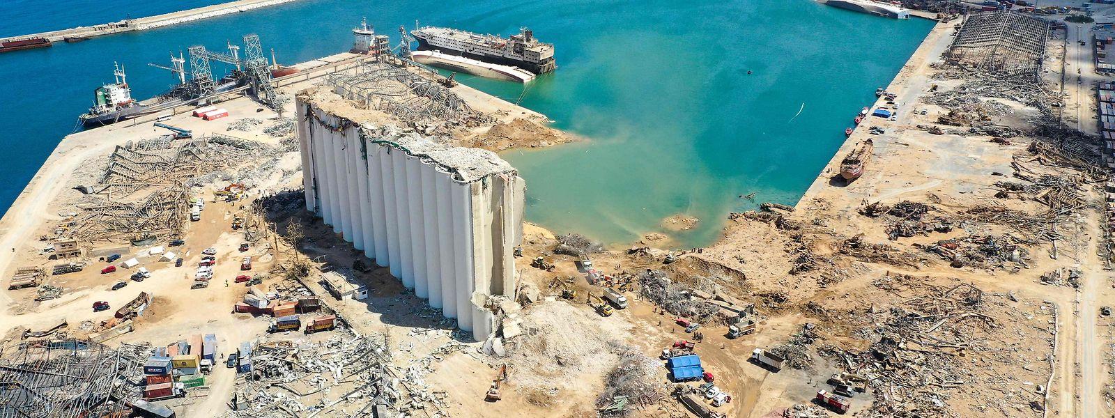 Blick auf den völlig zerstörten Hafen von Beirut.