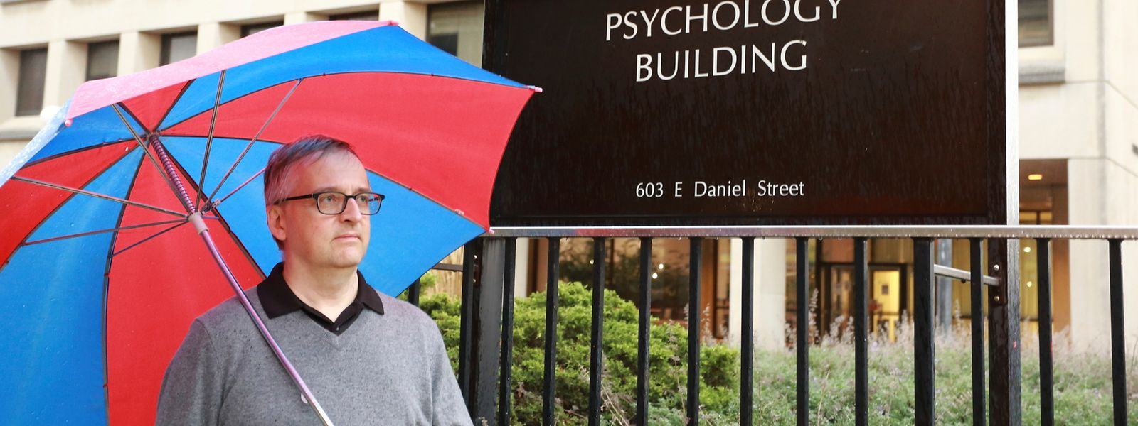Erfüllt fürs Foto auch ein Klischee: Der 54-jährige Mike Regenwetter vor dem Psychologie-Gebäude der Universität von Illinois in Champaign.