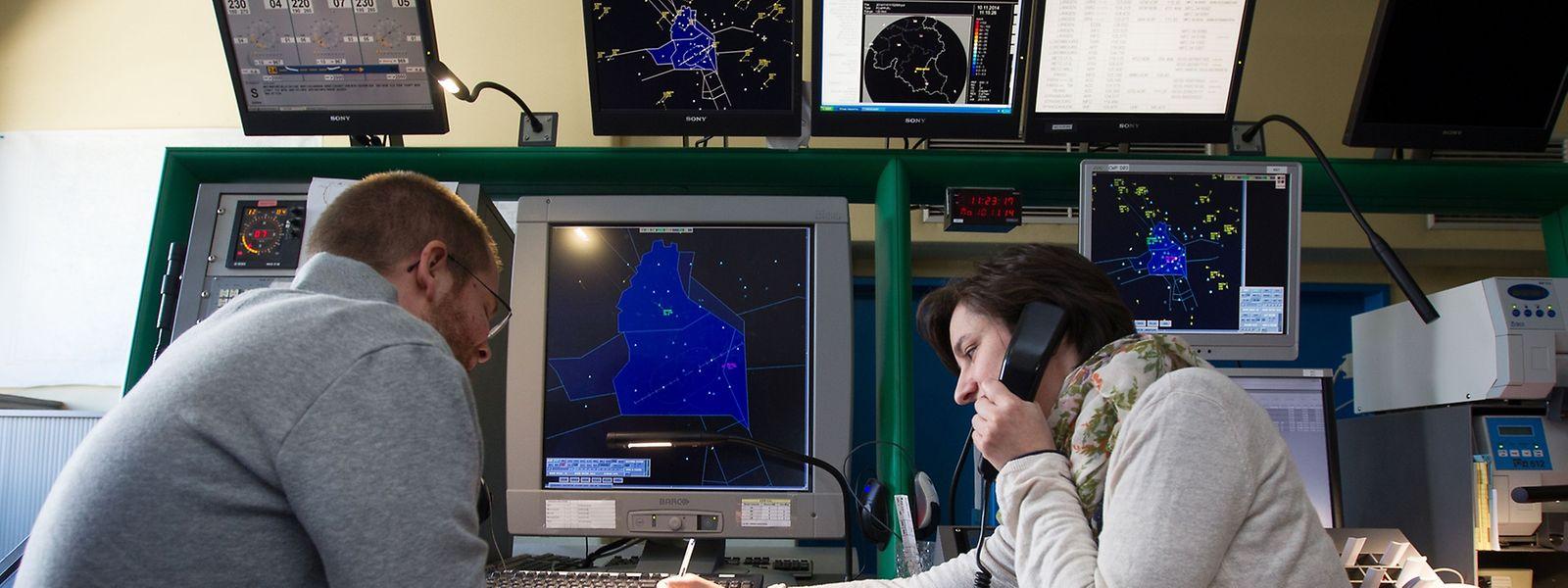 Die luxemburgischen Radarlotsen sind im Bereich bis zu fünf Kilometern Höhe zuständig. Dort leiten sie die Gesamtheit der internationalen Flüge vom und zum Findel sowie die Überflüge.