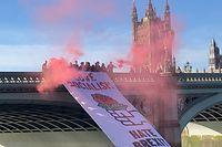 Ein Banner wird an der Westminster Bridge von eine Gruppe von Labour-Abgeordneten während eines Anti-Brexit-Protestes am Dienstag herabgelassen.