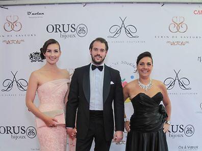 Le Prince Félix et la Princesse Claire accompagnés de Sylvie Attias, co-organisatrice de la soirée de gala caritative organisée à Cannes au profit de l'association «Le Sourire de Lucie».