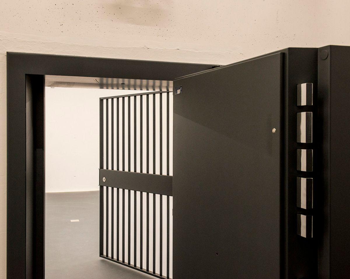 Chaque salle est isolée des couloirs communs par des portes blindées et des accès sécurisés