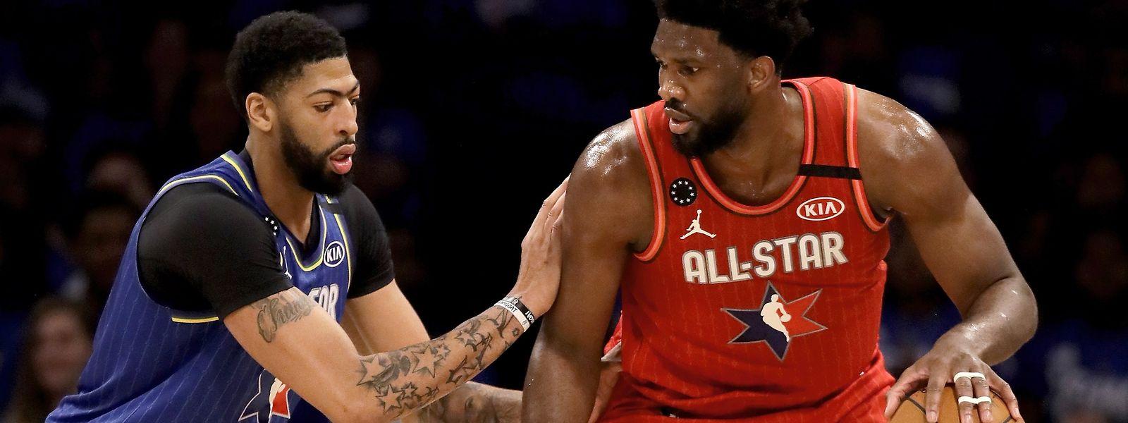 Joel Embiid (à dr., en rouge), du Team Giannis évite Anthony Davis, duTeam LeBron