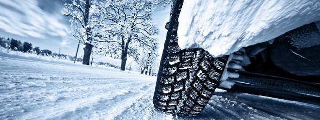 Les pneus d'hiver permettent de gagner de précieux mètres en cas de freinage.